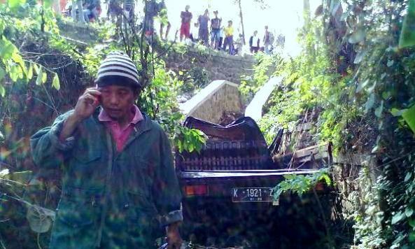 Salah seorang warga berlalu dari lokasi terjunnya pikap, diduga untuk memberikan kabar kepada pihak keluarga korban kecelakaan di Sungai Desa Landoh Kecamatan Sulang, Kamis (7/1/2016) pagi. (Foto: Mukhammad Fadlil)