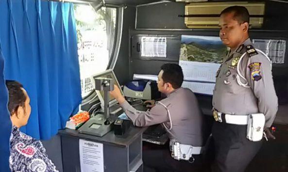 Salah seorang warga memanfaatkan layanan SIM keliling dari Polda Jawa Tengah di halaman RM Luwes Kragan, Sabtu (16/1/2016) pagi. (Foto: mataairradio.com)