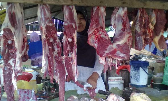 Pedagang daging sapi di Pasar Pamotan, Siti Sholikhah, mengaku tingkat pembelian sedang lesu, seiring mahalnya harga daging dalam sebulan terakhir. (Foto: Mukhammad Fadlil)