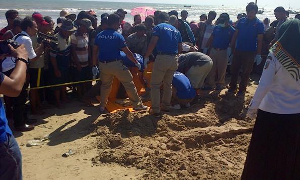Polisi dari Satreskrim Polres Rembang saat hendak mengevakuasi mayat nyaris tinggal kerangka dari tepi Pantai Blandok Desa Plawangan Kecamatan Kragan, Jumat (15/1/2016) pagi. (Foto: mataairradio.com)