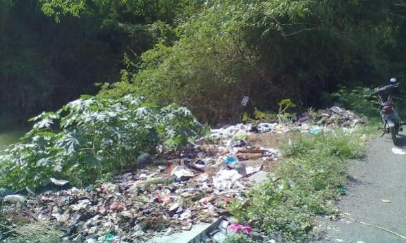 TPS liar di wilayah Desa Gedongmulyo Kecamatan Lasem, persis di tepi aliran Sungai Babagan. (Foto: Mukhammad Fadlil)