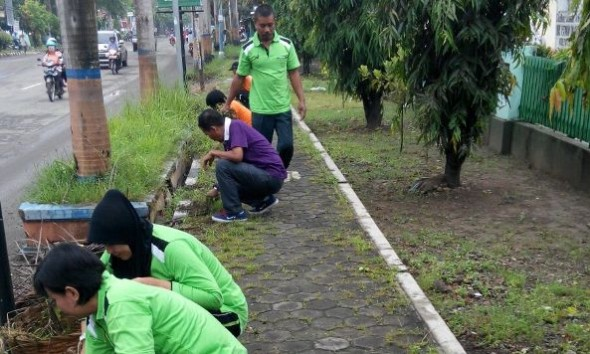 Aktivitas pembersihan lingkungan dari rumput, sampah, dan genangan air sebagai bentuk gerakan pembersihan sarang nyamuk di kompleks Kantor Dinas Pertanian dan Kehutanan Rembang, Jumat (12/2/2016) pagi. (Foto: mataairradio.com)