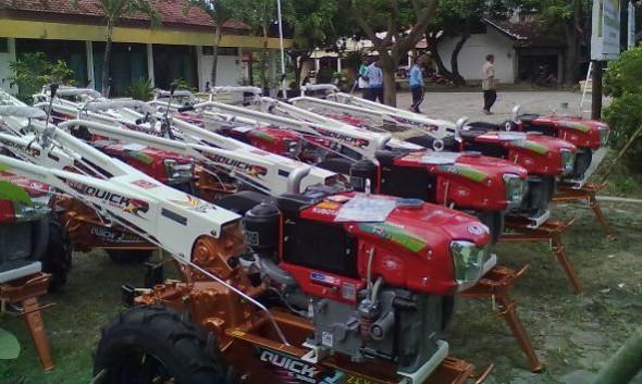 Tarik Minat Pemuda Bertani Puluhan Traktor Kembali Dibagikan