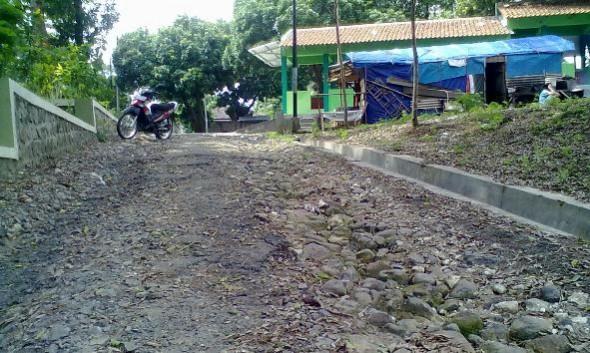 Kondisi Jalan Masuk Makam RA Kartini Memprihatinkan
