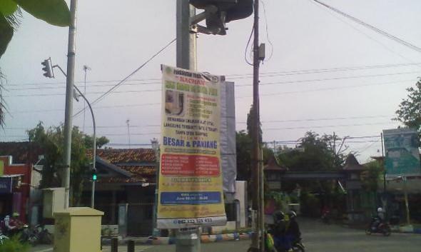 """Poster Iklan """"Obat Kuat"""" di Tiang Setopan Meresahkan"""