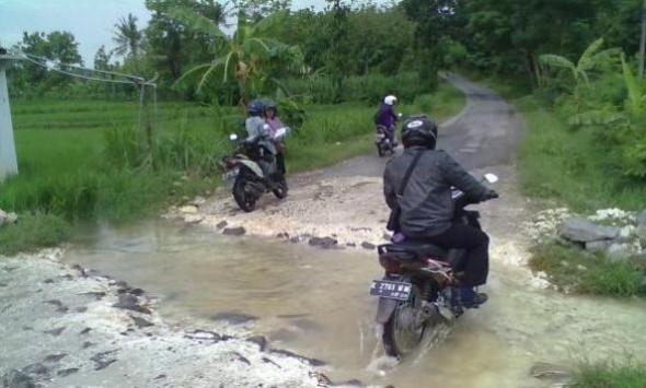 Kondisi jalan yang rusak di ruas Jalan Gunem-Sulang di wilayah Desa Demaan Kecamatan Gunem, sudah banyak mencelakaan pengendara. Pemkab diminta segera memperbaiki kerusakan jalan di ruas tersebut mengingat sudah menahun. (Foto: Mukhammad Fadlil)
