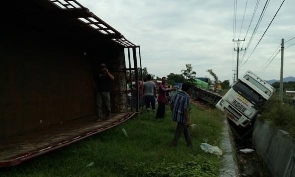 Dua Truk Terguling Gara-gara Gandengan Lepas di Pasarbanggi