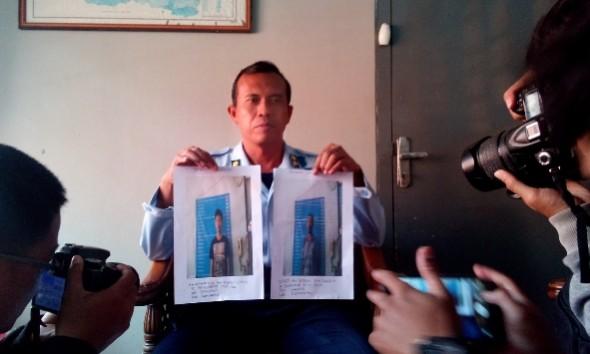 Kepala Rutan Kelas IIB Rembang Suyatno menunjukkan foto dua tahanan yang kabur dari rumah tahanan setempat, Rabu (3/2/2016) pagi. (Foto: Pujianto)