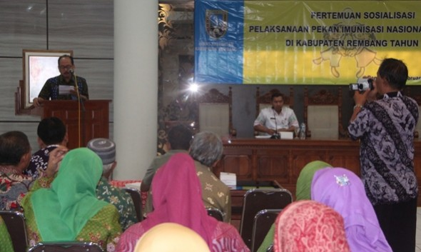 Pj Sekda Rembang Hari Susanto memberikan sambutan pada acara sosialisasi Pekan Imunisasi Nasional 2016 di Lantai IV Kantor Bupati Rembang, Kamis (11/2/2016). (Foto: mataairradio.com)