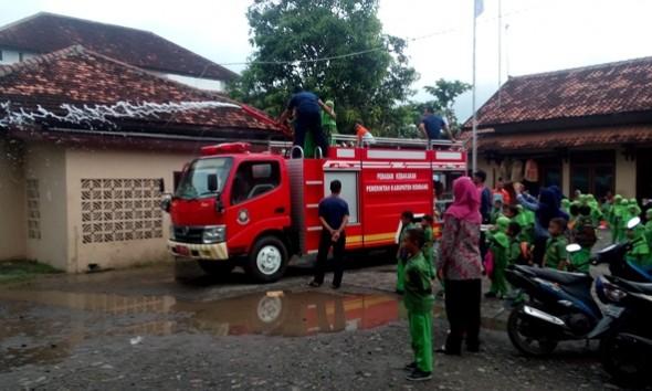 Ratusan Siswa TK Rembang Belajar Padamkan Api