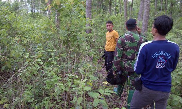 Upaya penyisiran terhadap Wardi oleh petugas dari kepolisian, tentara, dan polisi khusus rutan di Hutan KPH Kebonharjo wilayah Kecamatan Sedan, Kamis (4/2/2016) pagi. (Foto: mataairradio.com)