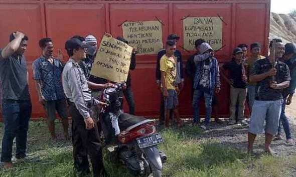 Tuntut Kompensasi, Warga Blokade Akses Tanjung Bonang
