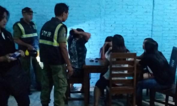 Sejumlah pemandu karaoke (PK) digaruk oleh petugas gabungan dalam razia bina kusuma di beberapa warung kopi, Selasa (23/2/2016) malam. Mereka berasal dari berbagai tempat warung kopi dan cafe yang berfasilitas karaoke di Rembang. (Foto: mataairradio.com)