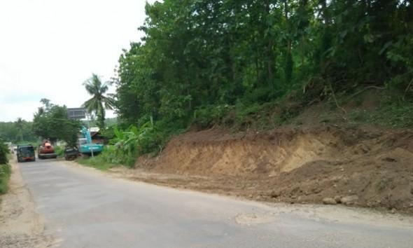 Bukit Plangkiran Dikepras untuk Pelebaran Jalan Menikung