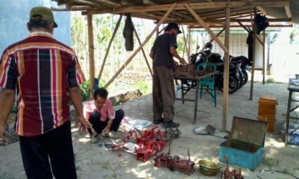 Balai Metrologi wilayah Pati melakukan tera ulang terhadap alat ukur dan timbangan di kompleks Balai Desa Sumber pada Rabu (12/11/2014). (Foto: Pujianto)