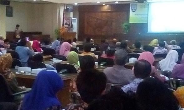 Bupati Rembang Abdul Hafidz memberikan paparan pada Musrenbang tingkat kabupaten di Ruang Rapat Utama DPRD Rembang, Kamis (7/4/2016). Seusai acara Hafidz membeberkan caranya mengantisipasi pengondisian dan pengaturan proyek di lingkup Pemkab Rembang. (Foto: Pujianto)