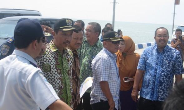 Bupati Rembang Abdul Hafidz saat meninjau Pelabuhan Rembang Terminal Sluke bersama rombongan dari Komisi D DPRD Jawa Tengah, Kamis (14/4/2016). (Foto: mataairradio.com)