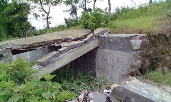 Jembatan penghubung permukiman warga dengan persawahan petani di Desa Kasreman Kecamatan Rembang rusak hingga setidaknya Selasa (12/4/2016), sehingga memerlukan perbaikan dari pemerintah desa setempat. (Foto: Mukhammad Fadlil)