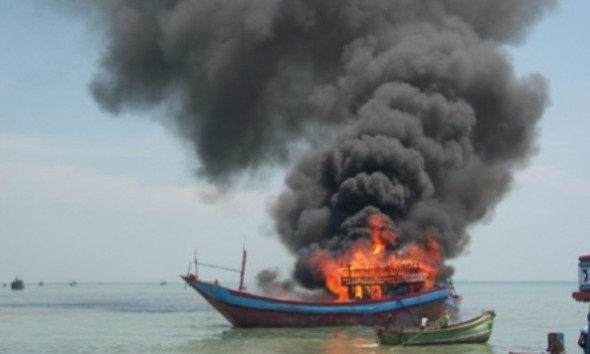 Kapal Motor Nelayan Rembang Terbakar Di Lautan