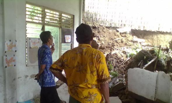 Tanah Longsor Timpa Bangunan PAUD di Kumbo
