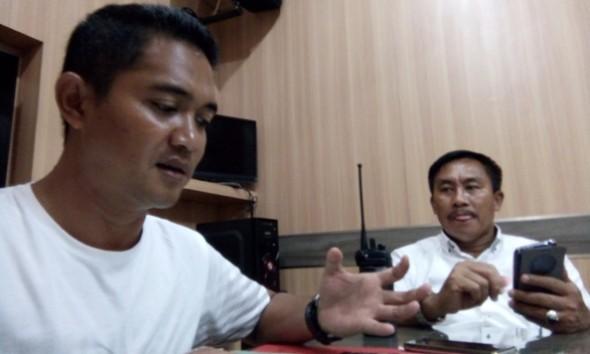 Kasatreskrim Polres Rembang AKP Eko Adi Pramono saat memberikan keterangan pers perihal perkembangan terkini penyelidikan kasus perampokan berdarah yang menimpa pedagang emas di Desa Maguan Kecamatan Kaliori, di Polres Rembang, Senin (30/5/2016). (Foto: Pujianto)