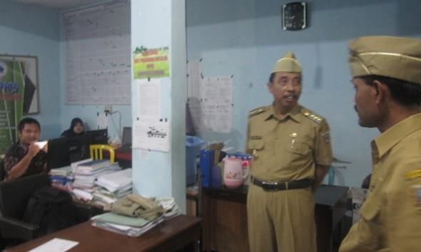 Bupati Rembang Abdul Hafidz ketika menginspeksi salah satu ruang di Kantor BPMPKB Rembang seusai memimpin apel pagi di instansi tersebut, Senin (16/5/2016) pagi. (Foto: mataairradio.com)