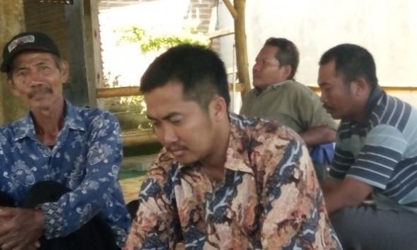 Kepala Desa Trembes Kecamatan Gunem, AP, saat memberikan klarifikasi kepada awak media, didampingi beberapa orang pendukung dan keluarganya, Selasa (31/5/2016). (Foto: Pujianto)