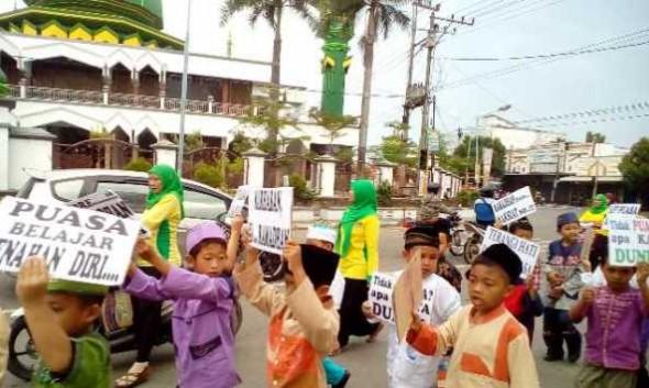 Ratusan Siswa Pawai dan Bagi-bagi Kurma Sambut Ramadan