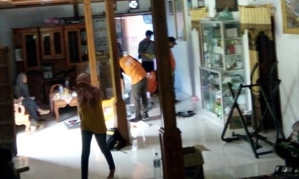 Petugas polisi dari Polres Rembang melakukan olah tempat kejadian perkara (TKP) pada kasus perampokan dan pembunuhan terhadap pedagang emas di Desa Maguan Kecamatan Kaliori, Minggu (29/5/2016). (Foto: Pujianto)
