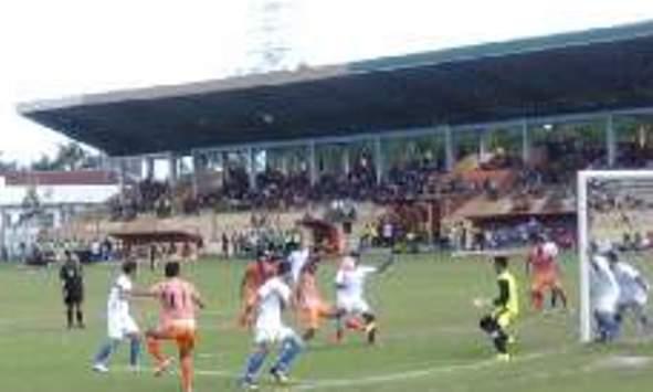 Sejumlah pemain PSIS berupaya menghalau bola serangan dari para pemain PSIR pada laga lanjutan kompetisi ISC B di Stadion Krida Rembang, Sabtu (28/5/2016). (Foto: mataairradio.com)