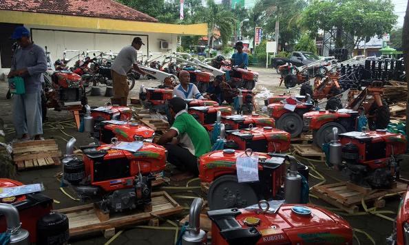 Bantuan traktor tangan bagi 60 kelompok tani di 55 desa di 14 (seluruh) kecamatan di Kabupaten Rembang, yang disalurkan pada Rabu 29 Juni 2016. (Foto: Akun Facebook Ika H. Affandi)