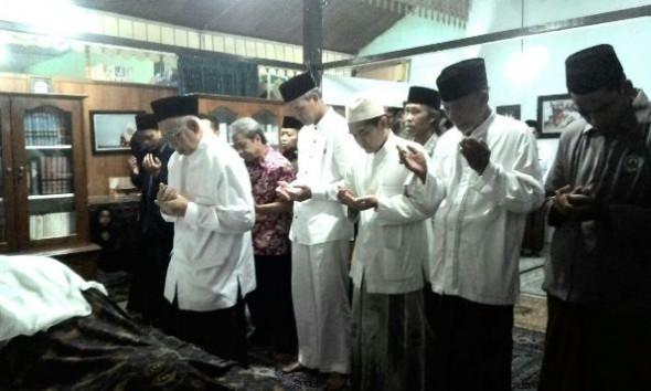 Almarhumah Nyai Hajah Siti Fatmah di mata Gubernur dan Istrinya