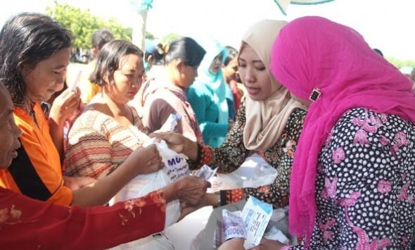 Suasana pasar murah yang digelar di Lapangan Dukuh Sugihan Desa Pulo Kecamatan Rembang, Sabtu (4/6/2016). (Foto: mataairradio.com)