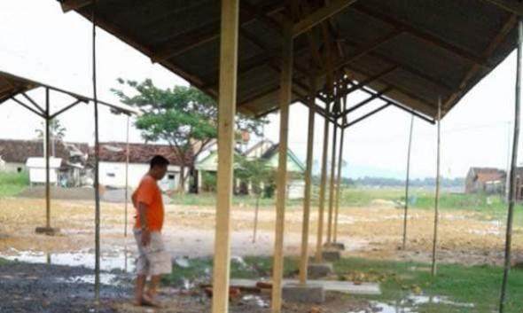 Los darurat pada tempat relokasi pedagang Pasar Sarang yang menuai sorotan karena bentuknya dianggap tidak sesuai dengan keinginan pedagang dan anggarannya yang Rp200 juta. (Foto dikutip dari akun facebook Mas Arif Ilhami pada halaman Info Seputar Rembang)