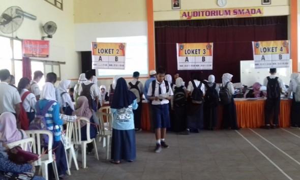 Suasana penerimaan peserta didik baru di SMA Negeri 2 Rembang pada hari pertama PPDB, Senin (20/6/2016) pagi. (Foto: mataairradio.com)