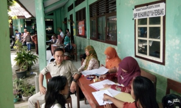 Meja pendaftaran untuk PPDB SMP Muhammadiyah Rembang yang menumpang di SMP Negeri 5 Rembang. Dua sekolah lainnya, SMP Negeri 4 dan SMP Negeri 6 Rembang, juga melakukan hal yang sama untuk mengatasi kekurangan siswa. (Foto: Pujianto)