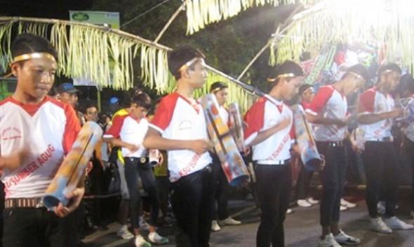 """Salah satu grup peserta festival """"thong-thong lek"""" di Kabupaten Rembang pada tahun lalu. (Foto: nurfmrembang.com)"""