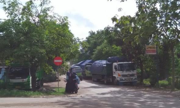 Armada pengangkut material tambang tertahan di kawasan sekitar Pos Lalu Lintas di Desa Karas Kecamatan Sedan lantaran Jembatan Sidorejo retak sehingga dilarang dilintasi kendaraan berbeban di atas 10 ton, Rabu (15/6/2016) pagi. (Foto: Pujianto)