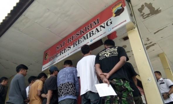 Belasan remaja diamankan satgas dari Polres Rembang karena pesta miras di lapangan Desa Ketanggi Kecamatan Rembang, Rabu (13/7/2016) dini hari. (Foto: Pujianto)