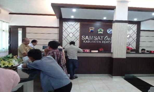 Sejumlah warga Kabupaten Rembang melakukan pengurusan pemutihan untuk sanksi administrasi keterlambatan pajak kendaraan bermotor di kantor UP3AD Samsat Rembang, baru-baru ini. (Foto: Pujianto)