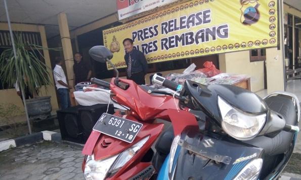 Honda Beat, salah satu sarana beraksi para pelaku perampokan pedagang emas saat digelar pada jumpa pers di Mapolres Rembang, Selasa (2/8/2016) pagi. (Foto: Pujianto)