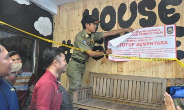 Petugas dari Satpol PP Kabupaten Rembang membuka segel kedai susu Its Milk di bilangan Jalan Soetomo Rembang setelah pemerintah kabupaten setempat mengategorikan kedai itu sebagai usaha mikro sehingga belum dikantonginya izin gangguan tidak lagi menjadi hambatan usaha tersebut berjalan. (Foto: Pujianto)