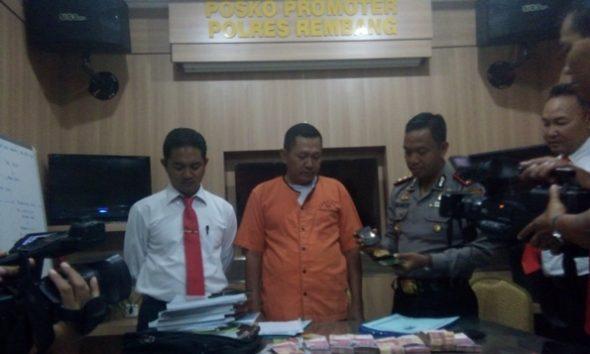 Seorang jenderal gadungan berpangkat letnan jenderal ditangkap petugas Kepolisian Resor Rembang lantaran melakukan tindak pidana penipuan dan penggelapan hingga meraup ratusan juta rupiah dari korban aksinya tersebut. Identitas dan modus operandi korban diungkap pada gelar perkara di Mapolres Rembang, Senin (29/8/2016). (Foto: Pujianto)