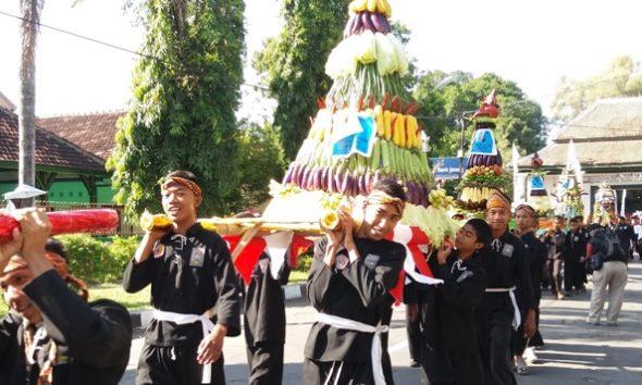 Arak-arakan gunungan hasil bumi mewarnai Karnaval HUT ke-71 Kemerdekaan RI di Kabupaten Rembang, Kamis (18/8/2016). (Foto: Pujianto)