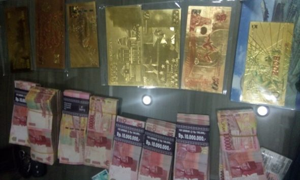 Master cetak uang asing yang diamankan polisi dari tersangka penipuan berkedok meloloskan seseorang menjadi PNS, bernama Teguh Setiyanto, saat dibeber pada gelar perkara kasus tersebut, Senin (29/8/2016) kemarin. (Foto: Pujianto)