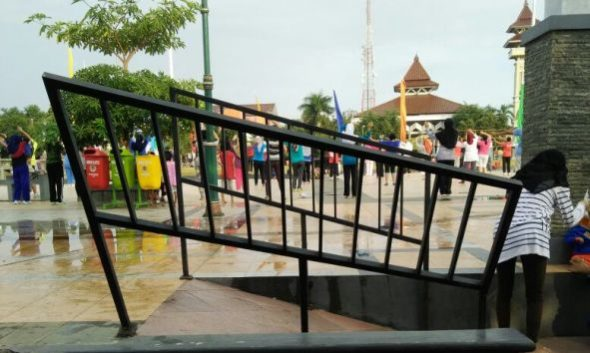Kondisi pagar pembatas di salah satu bagian Alun-alun Rembang rusak dan membahayakan pengunjung, Minggu (31/7/2016). (Foto: mataairradio.com)