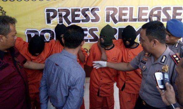 Kapolres Rembang AKBP Sugiarto saat menggelar jumpa pers mengenai penangkapan pelaku perampokan dan pembunuhan terhadap pedagang emas di Desa Maguan Kecamatan Kaliori, Selasa (2/8/2016)