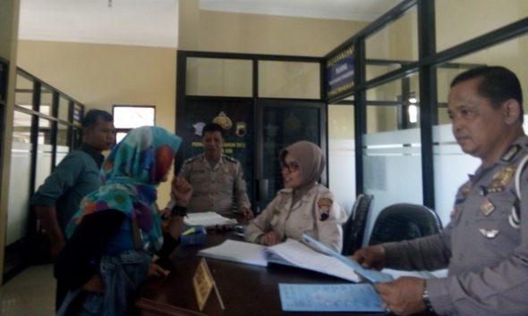 Suasana pelayanan SIM di Satlantas Polres Rembang, baru-baru ini. Per Agustus 2016, Satlantas Polres Rembang meluncurkan program pendaftaran perpanjangan dan pembuatan SIM baru via SMS online. (Foto: Pujianto)