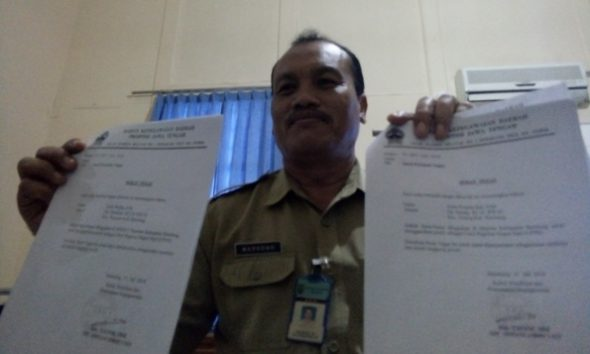 Kepala Bidang Pengembangan Pegawai pada BKD Kabupaten Rembang Marsono menunjukkan dua surat perintah tugas diduga palsu yang dibawa oleh masing-masing pemegangnya untuk datang sebagai CPNS di sejumlah instansi. Pemegangnya diduga korban penipuan. Apalagi SK CPNS yang terdapat pada berkas yang mereka bawa juga serba mencurigakan. (Foto: Pujianto)