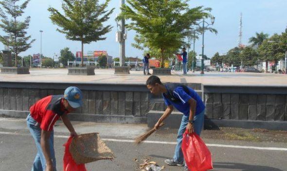 Sekolah Ini Peringati Ulang Tahun dengan Bersihkan Alun-alun